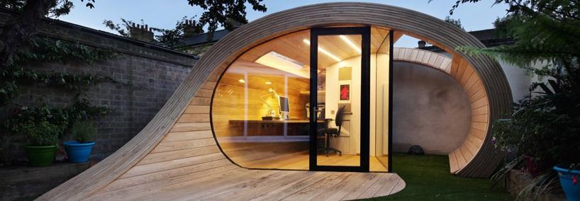 مكتب للعمل على شكل حلزوني في حديقة المنزل