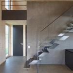 الدرج الفولاذي مع الممر للقسم الخلفي من المنزل